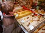 Los golosos se pegan a los escapartes de confiterías   The sweet toothed stick to the shop windows of Christmas nougats and chocolate