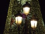 Las luces de Navidad cumplimentan las del resto del año /   The Christmas lights compliment those used the resto of the year